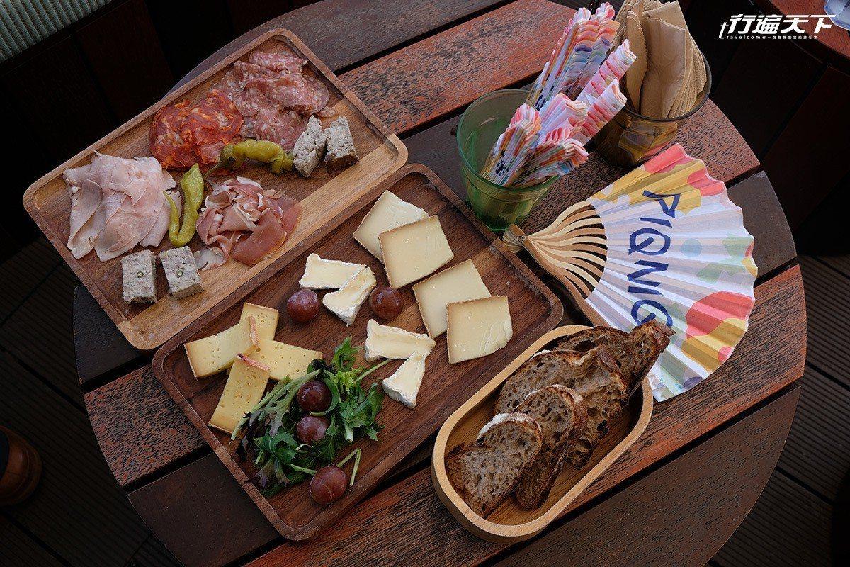 野餐籃上桌,有法式麵包、起士、煙燻臘腸、燻火腿等。