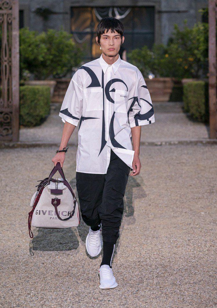 以皮革及鍊飾緹花布製成的手挽旅行袋為GIVENCHY 2020春夏男裝重點單品之...