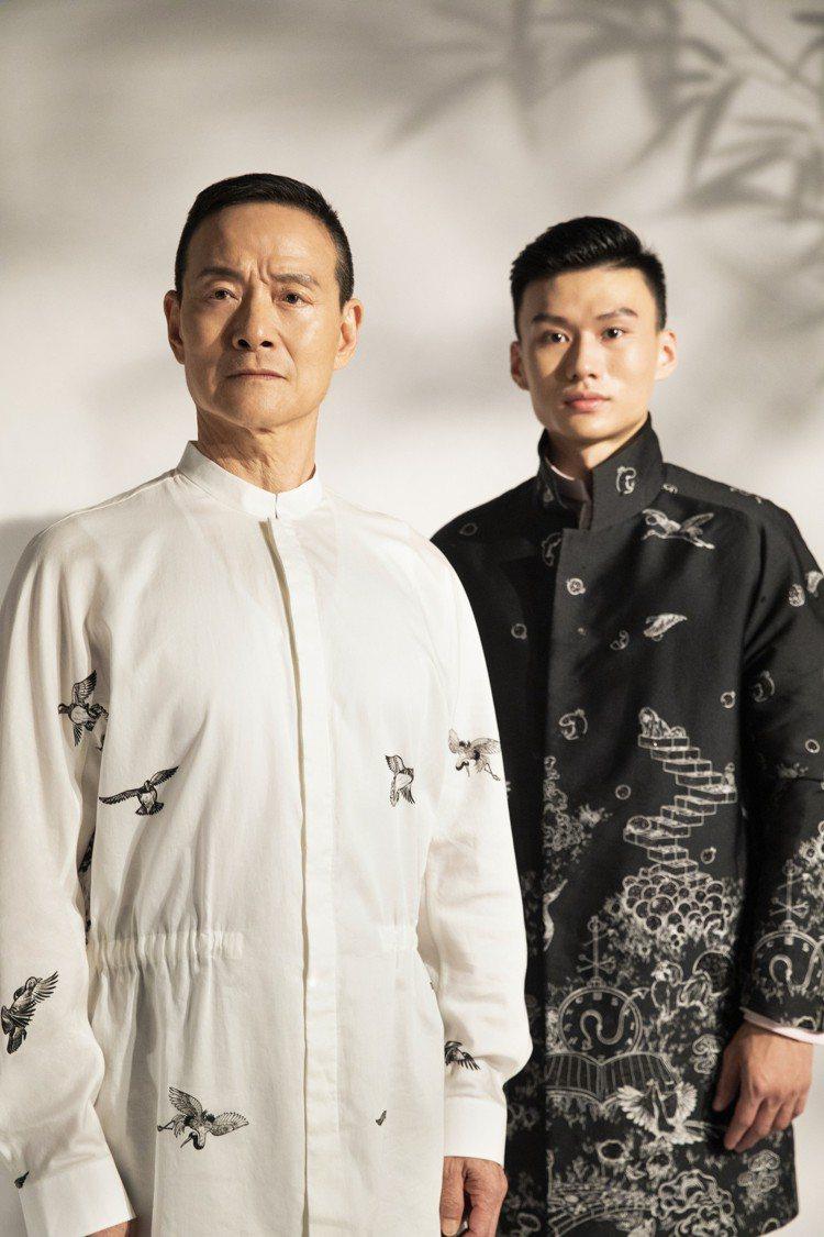 吳興國(左)演繹立領長版罩衫、朱柏澄身穿獨家開版圖騰緹花大衣,呈現藝術傳承的寓意...
