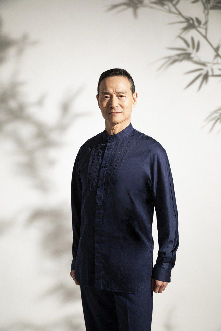 吳興國身穿藍色光澤立領襯衫,具寧靜悠遠的人文氛圍。圖/夏姿提供