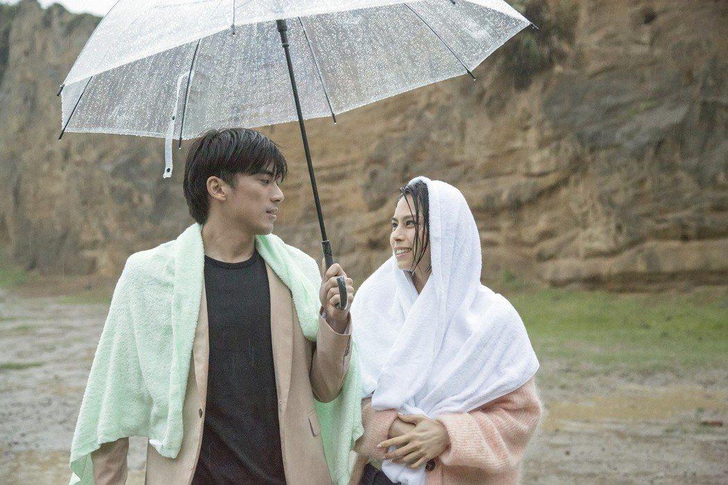 李幸倪(右)與林哲熹在MV中有不少感情戲。圖/環球提供