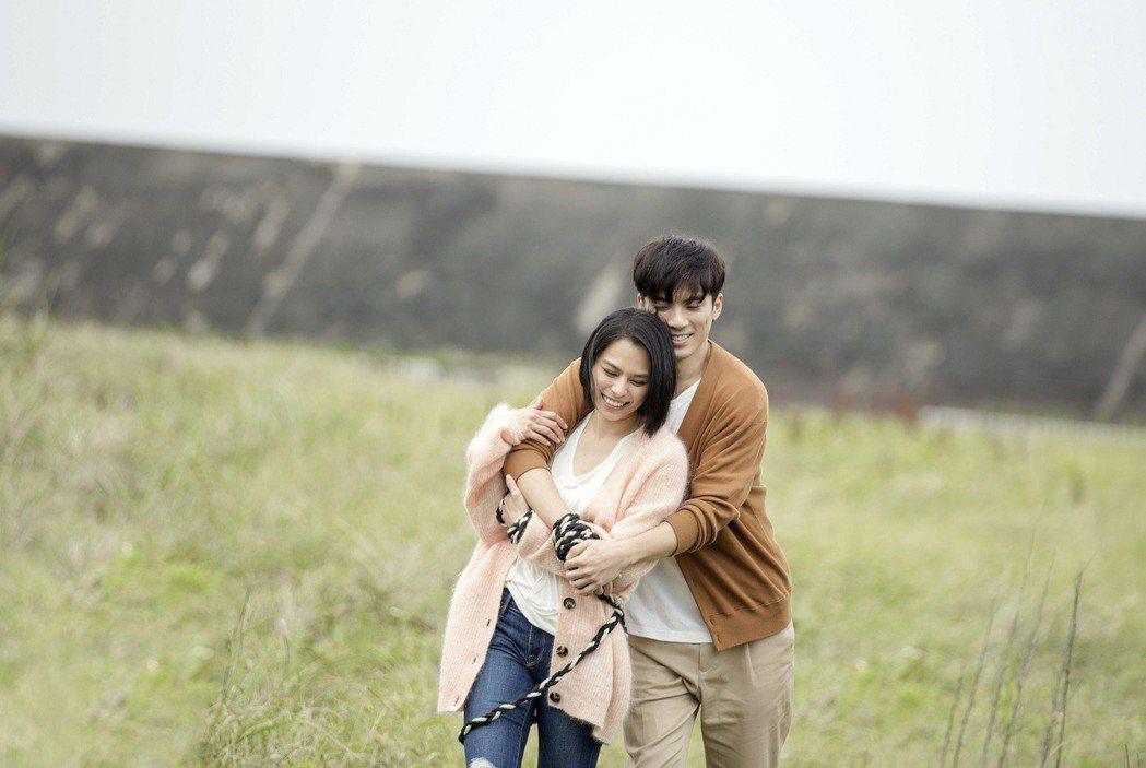 李幸倪(左)邀來林哲熹合拍「孤獨門口」MV。圖/環球提供
