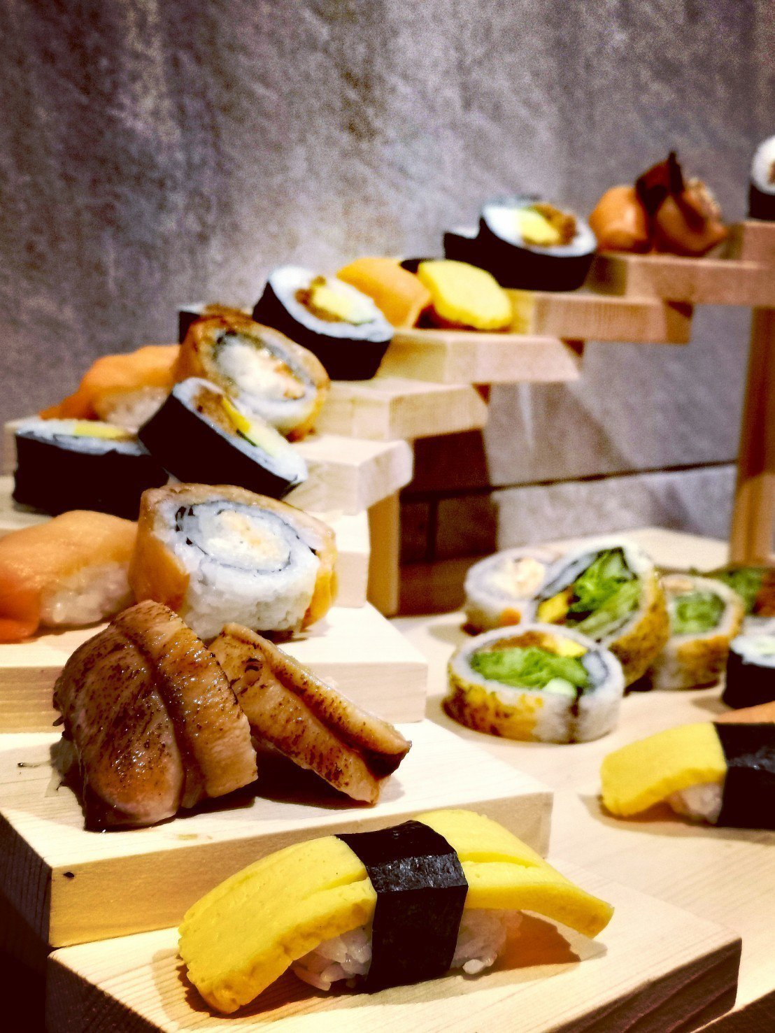入住北投亞太飯店可享一泊二食,晚餐有豐盛的自助餐檯可以享用。記者韓化宇/攝影