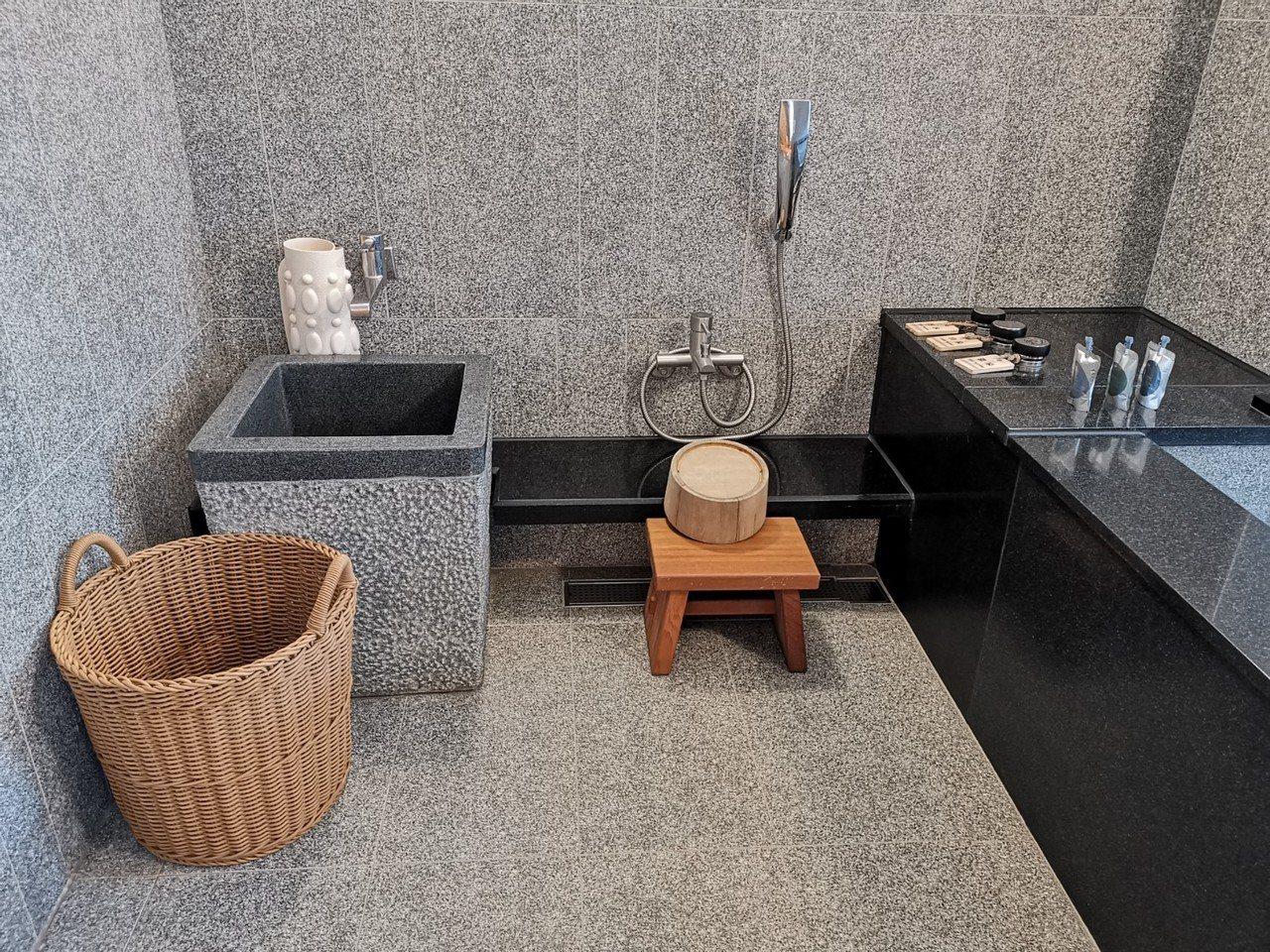 北投亞太飯店的豪華雙人套房,設有濃濃和風味的溫泉。記者韓化宇/攝影