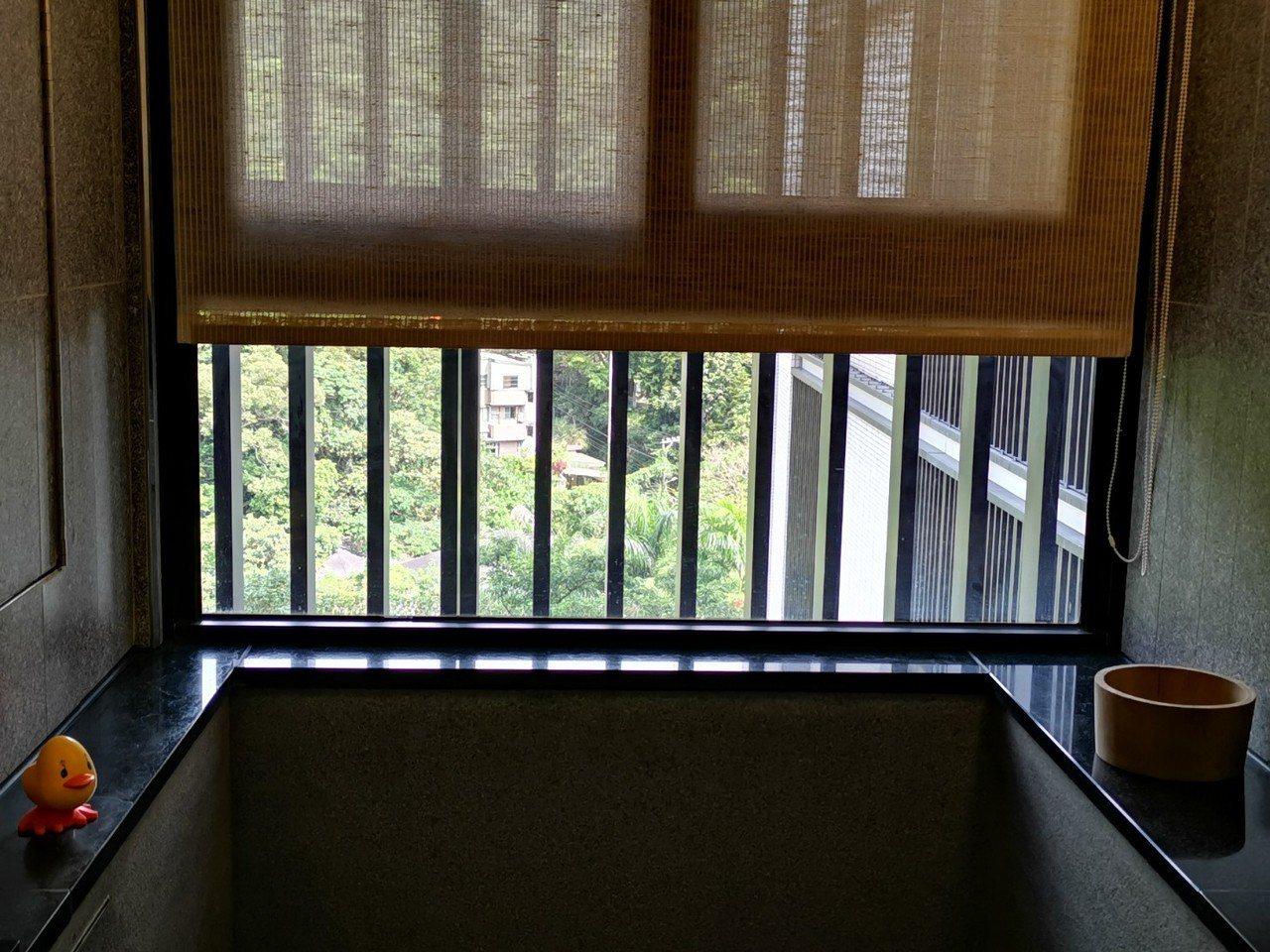 北投亞太飯店的豪華雙人套房,設有濃濃和風味的溫泉,窗外看出去就是山景,彷彿倘佯在...