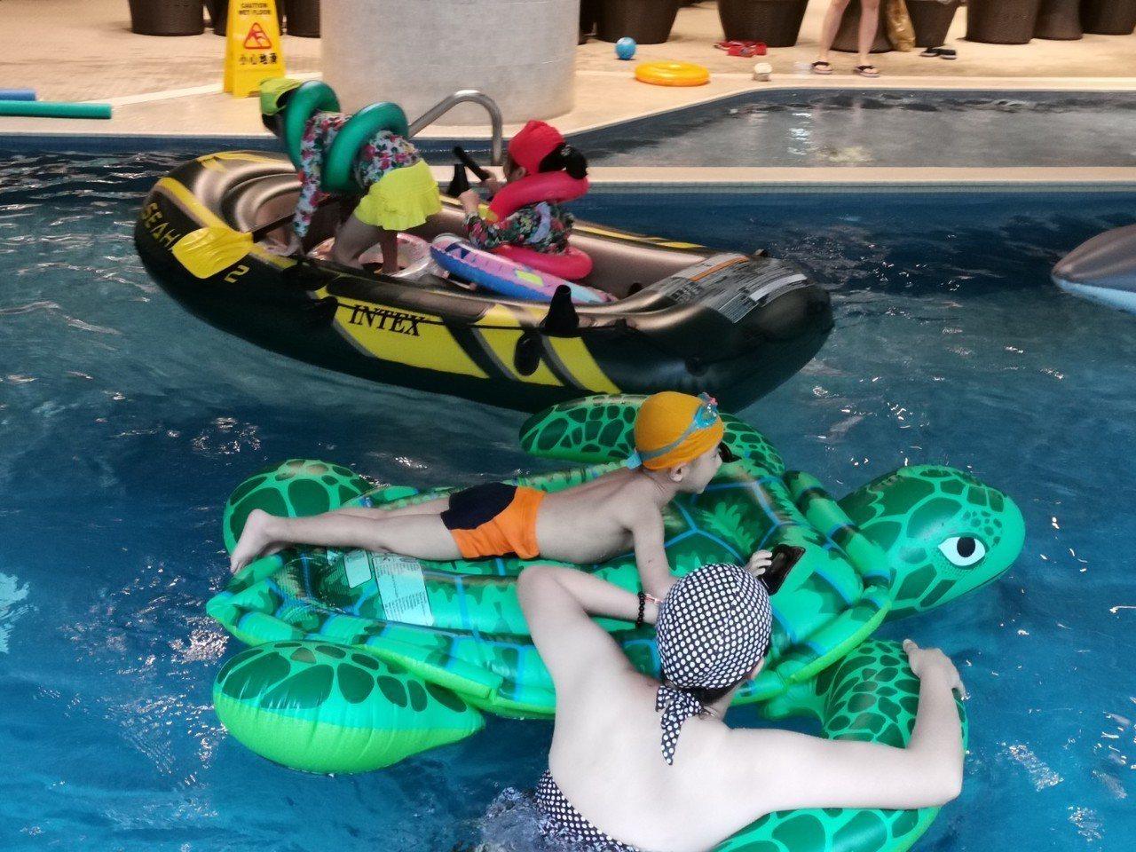 北投亞太飯店的游泳池每日下午4點之後,就進入親子水上大作戰時間,飯店提供各種造型...