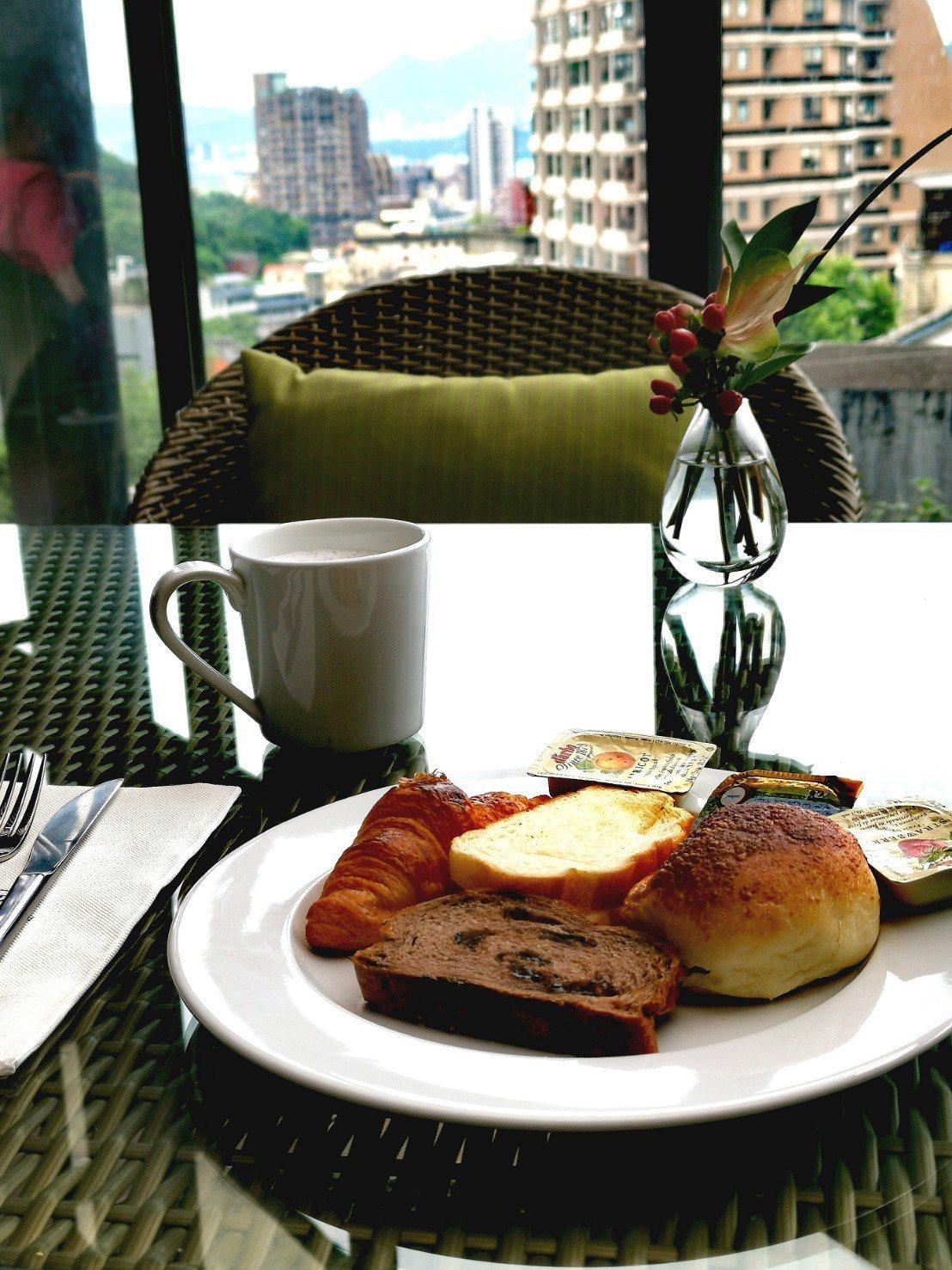 北投亞太飯店的早餐,室外空間有大片窗戶,可以俯視北投溫泉街的全景。記者韓化宇/攝...