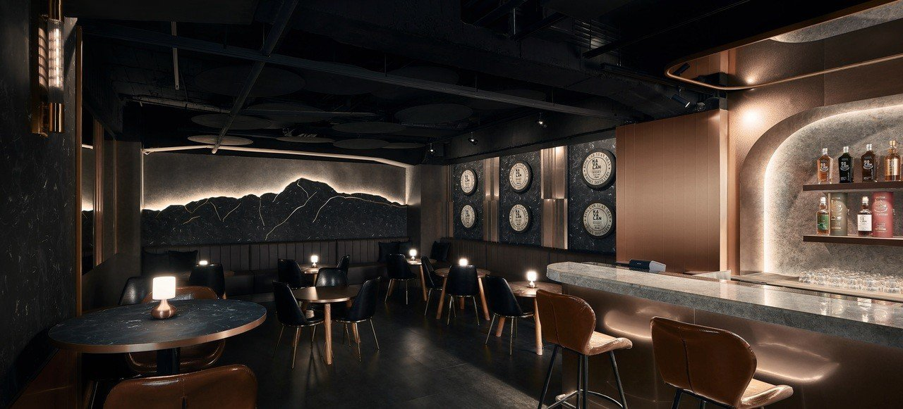 KAVALAN WHISKY BAR整體空間圍繞「台灣」為設計靈感,兩側可看到影...