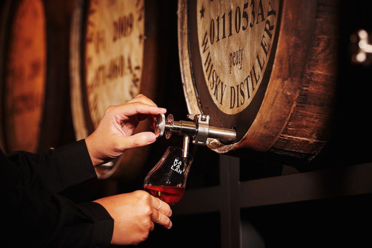 KAVALAN WHISKY BAR 是全台唯一直接自橡木桶內取出威士忌原酒的酒...