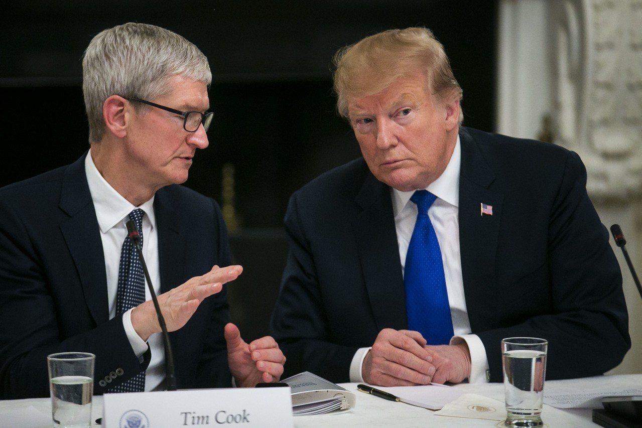 蘋果執行長庫克(左)與美國總統川普3月16日華府會面的留影。 彭博資訊