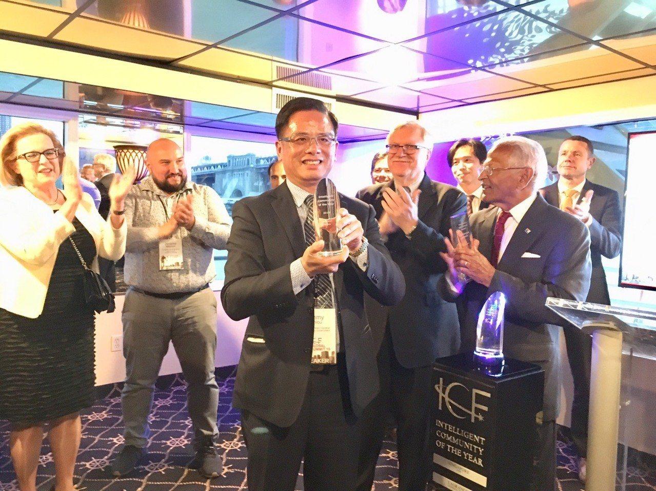 市府副秘書長邱俊銘(中)近日赴美國紐約參加國際組織智慧城市論壇舉辦的2019全球...