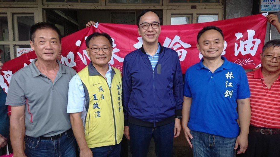 朱立倫今天到嘉義搭火車,國民黨內有意參選海區立委的林江釧(右二)、王啟澧(左二)都到場提出建議。記者卜敏正/攝影