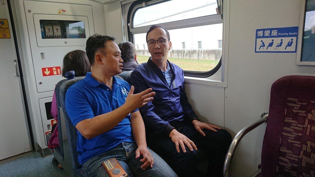 朱立倫今天到嘉義民雄站搭火車,海區立委參選人林江釧全程陪同說明。記者卜敏正/攝影