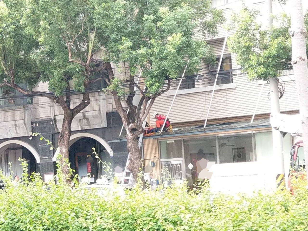 台中市沙鹿區台灣大道七段一處大樓,今天上午8時許驚傳墜樓事件。圖/民眾提供