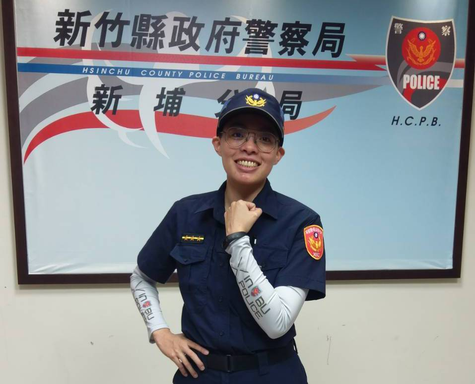 警員也說,防曬涼感袖套,不僅貼身美觀,更在執行交通指揮、巡邏等勤務時,讓長時間在...