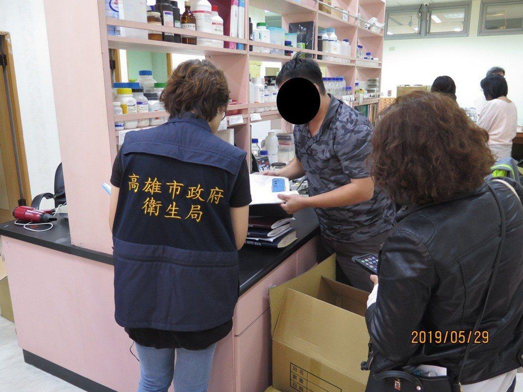 高雄市衛生局人員到公司現場查核。圖/高雄市衛生局提供