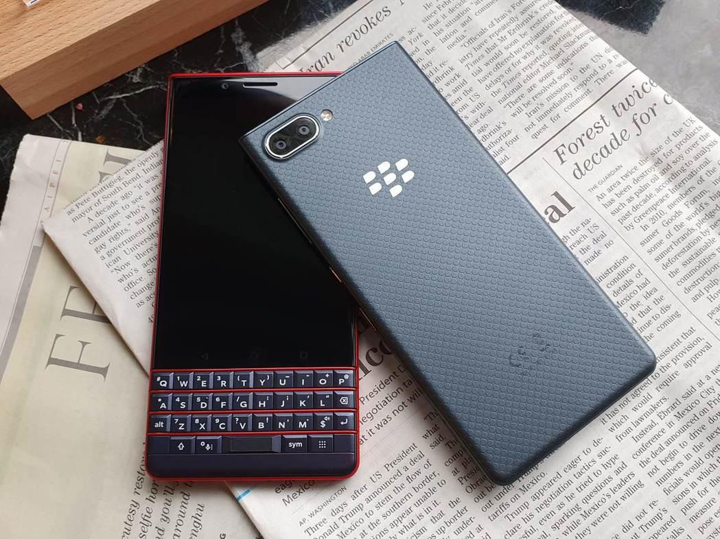 BlackBerry KEY2 LE提供Slate石墨黑及Atomic原子紅2色...