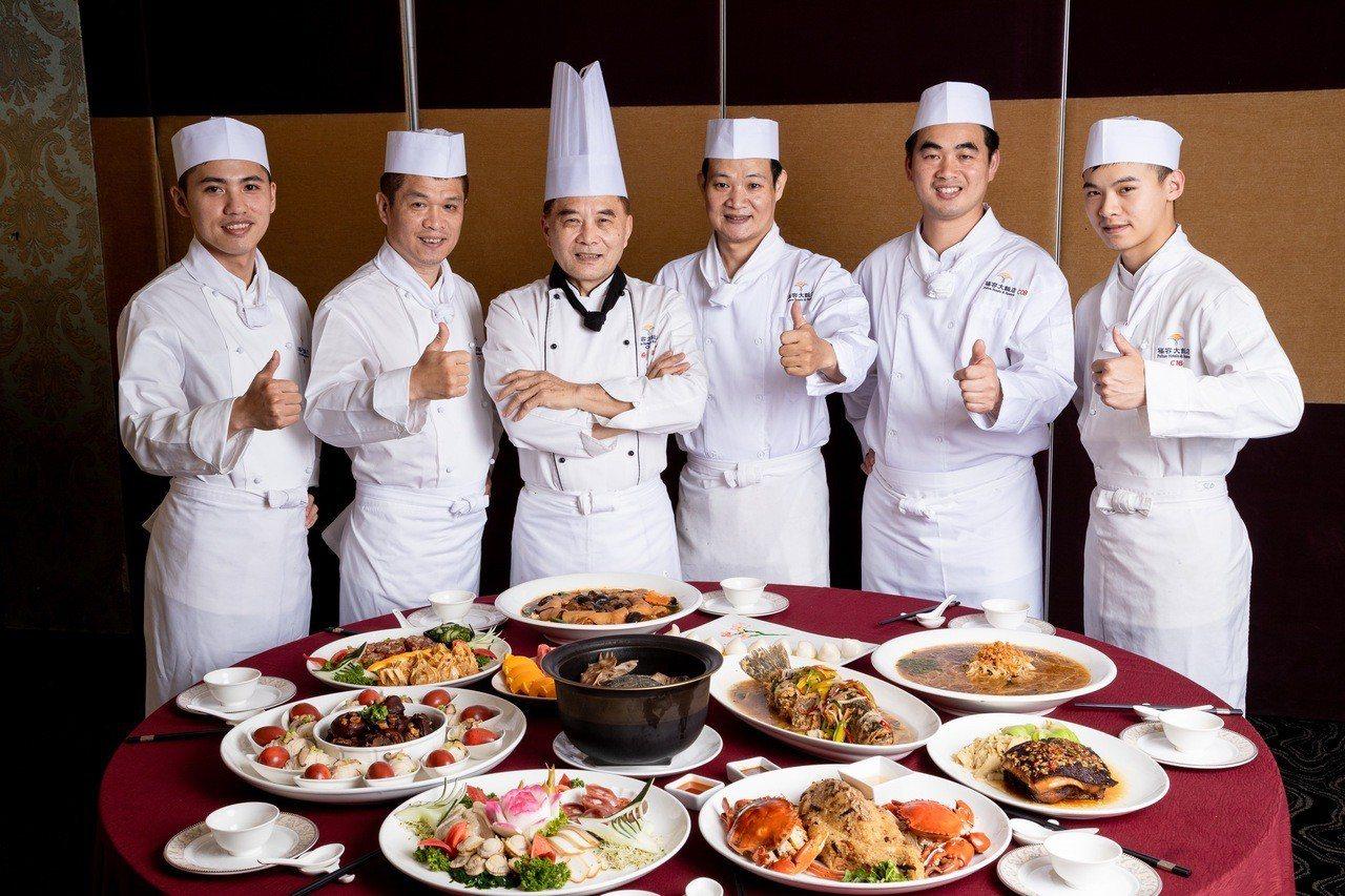 桃園福容參加桃園總鋪師辦桌賽,由兩岸十大名廚楊忠霖(左三)帶隊。圖/桃園福容提供
