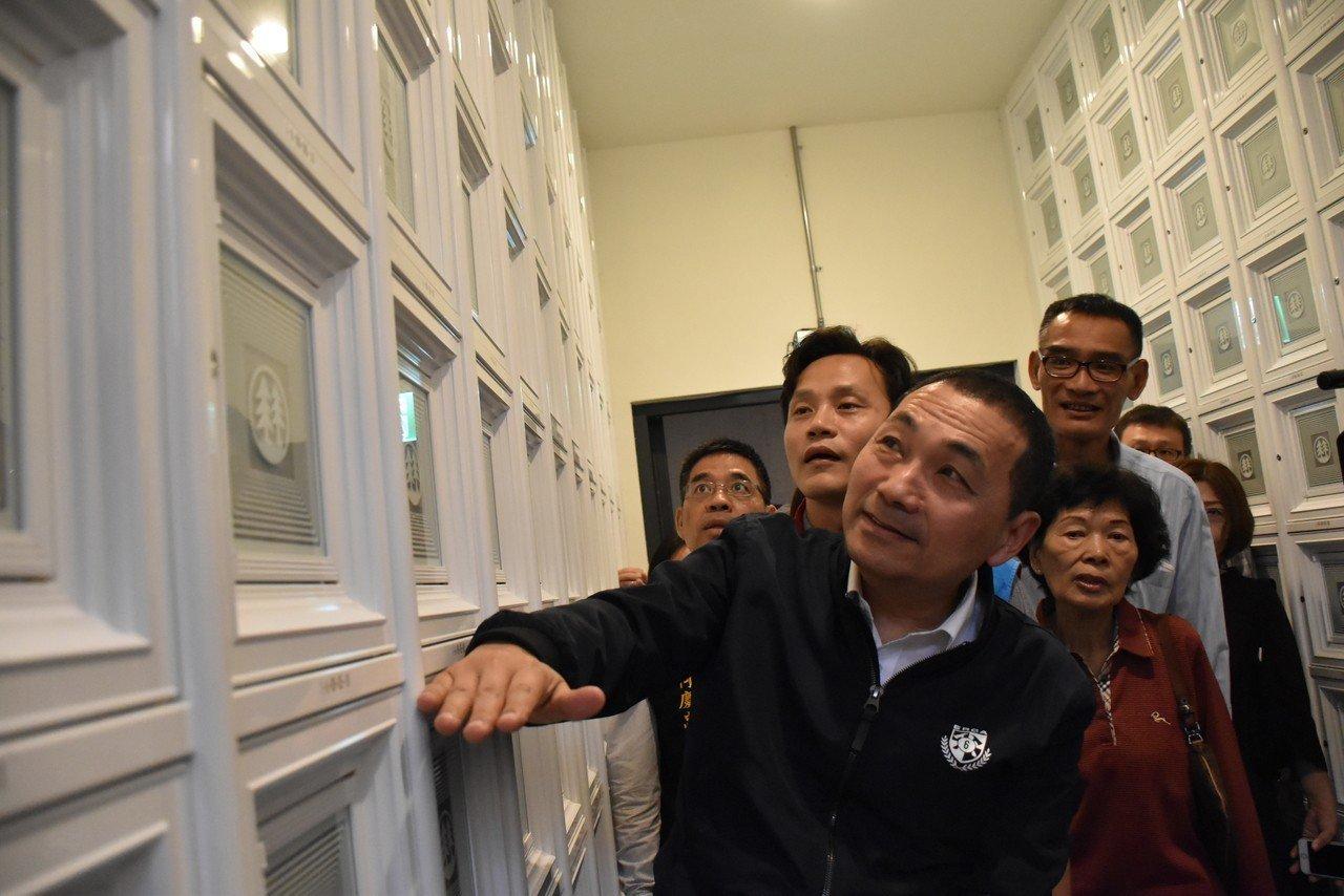 侯友宜表示,目前第一工程已完工,初期提供5049個骨灰位及800座牌位,後續會增...
