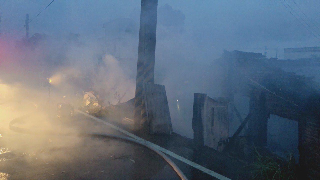 苗縣消防局今清晨4點23分接獲報案,後龍鎮灣寶里一棟古厝,疑遭雷擊起火,幸未釀傷...