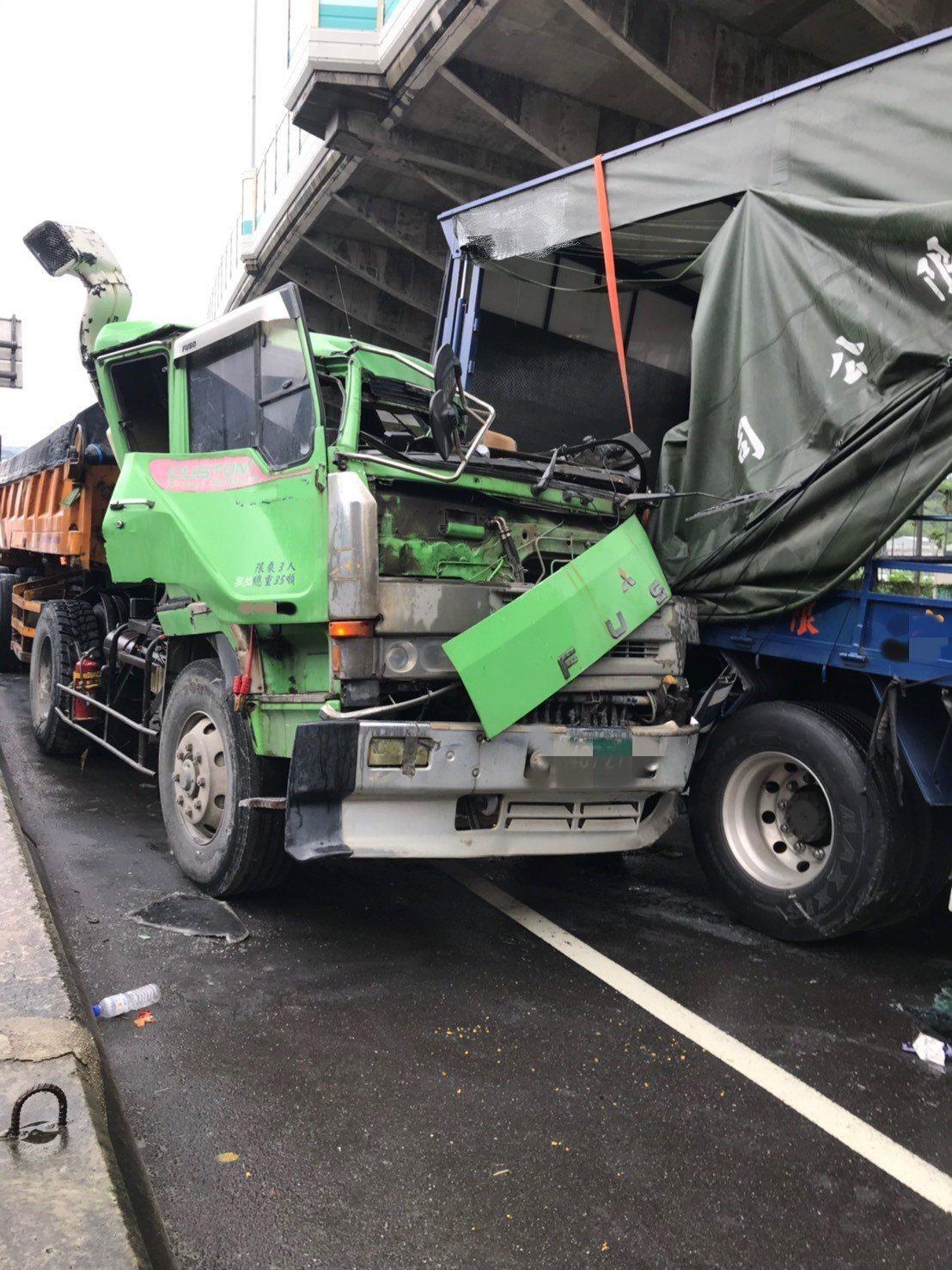 砂石車追撞大貨車,砂石車車頭當場被貨車車斗削掉大半,駕駛一度受困車內。記者巫鴻瑋...