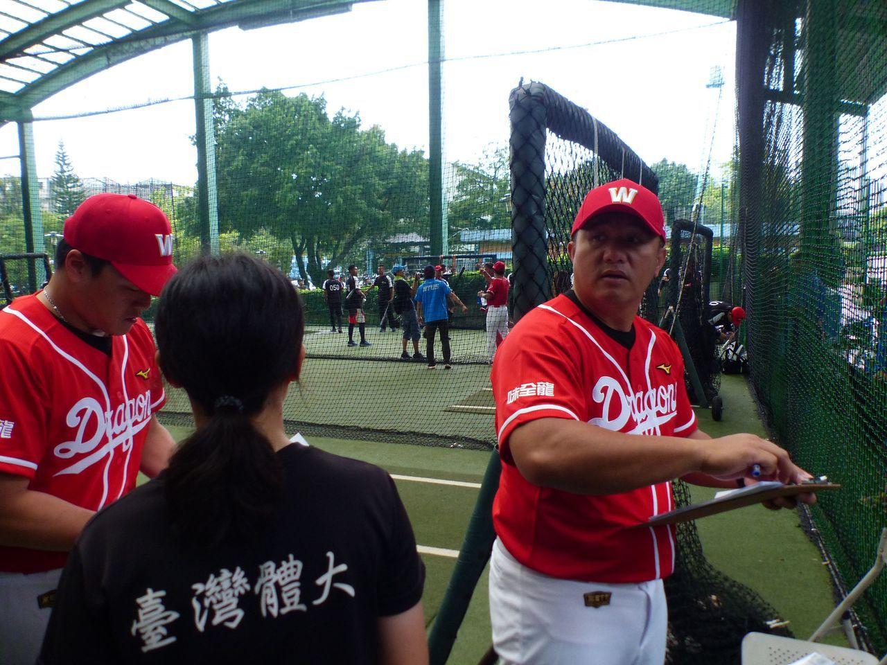 味全龍今天在台中棒球場自辦2天的職棒測試會,共162名棒球好手參與測試。記者趙容...
