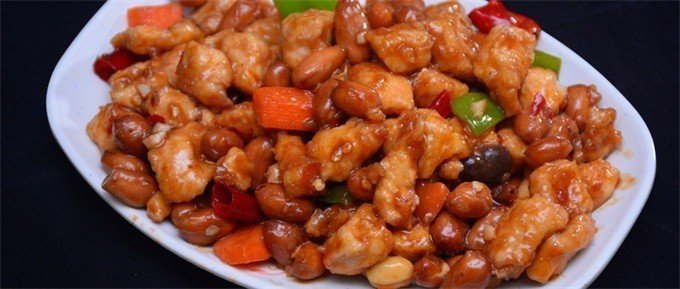 宮保雞丁選用雞肉為主料,佐以花生米、黃瓜、辣椒等輔料烹製而成。 紅而不辣、辣而不...