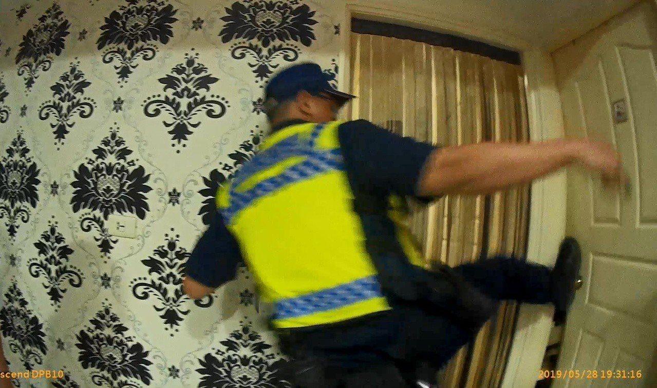 警方經屋主同意,霸氣一腳踹開房門救人。記者林佩均/翻攝