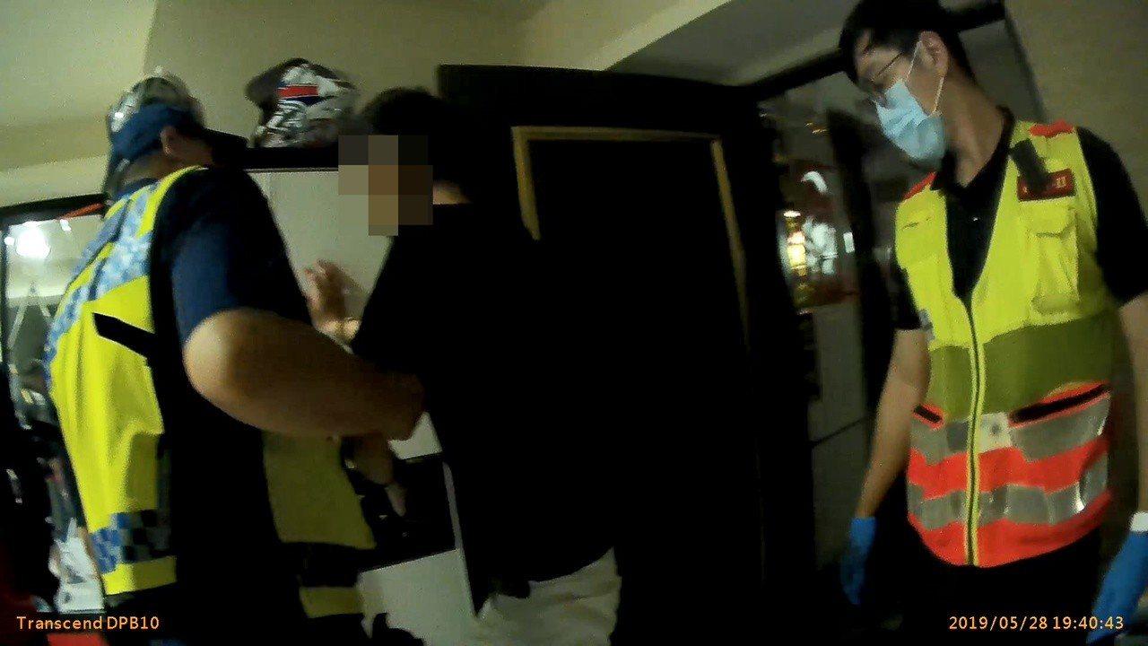 警消人員到場協助陳男送醫檢查。記者林佩均/翻攝