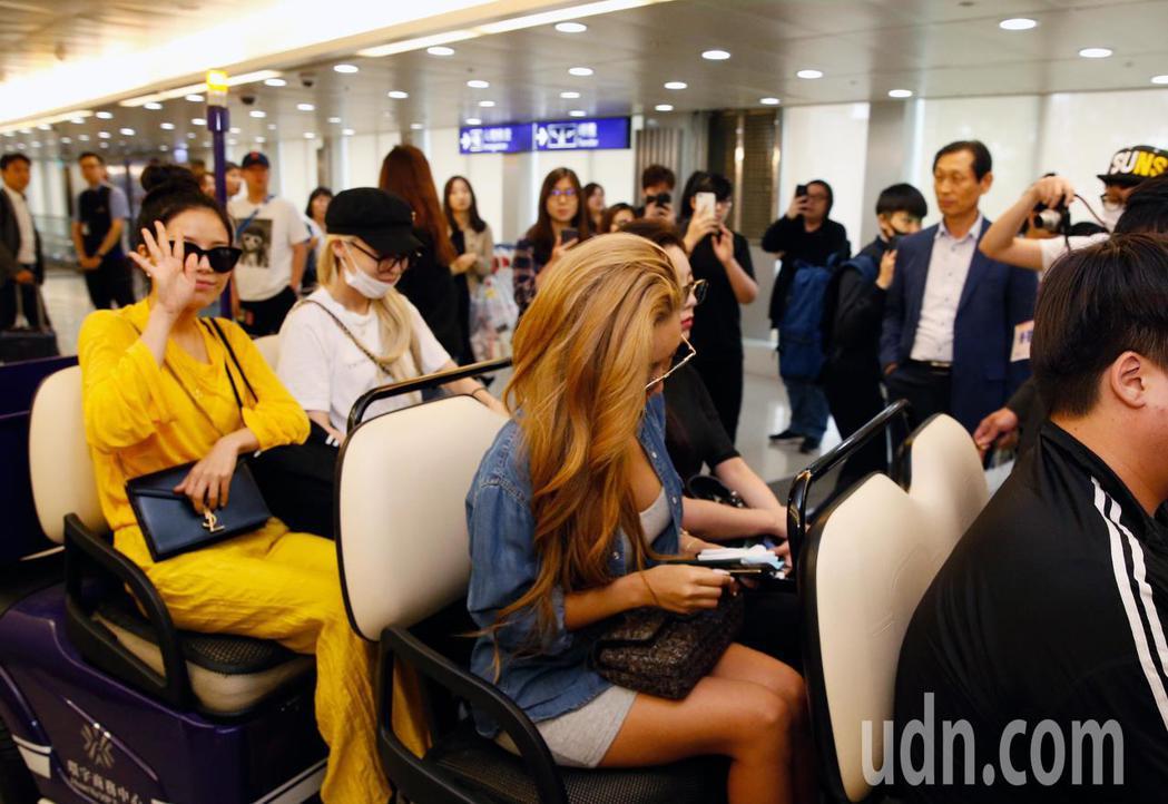 韓國女團「MAMAMOO」中午抵台,約有10位粉絲接機,雖然搭車離去,她們還是揮...