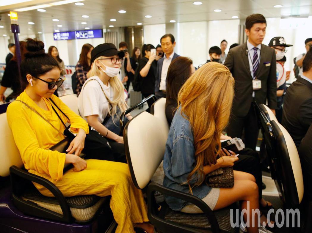 韓國女團「MAMAMOO」中午抵台,約有10位粉絲接機。記者鄭超文/攝影