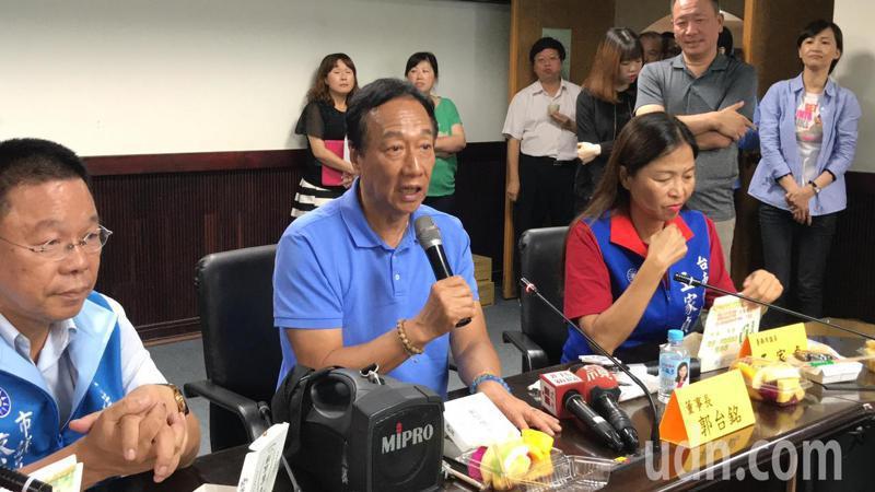 國民黨總統初選參選人郭台銘(中)今中午拜會台南市議會國民黨團。記者鄭維真/攝影