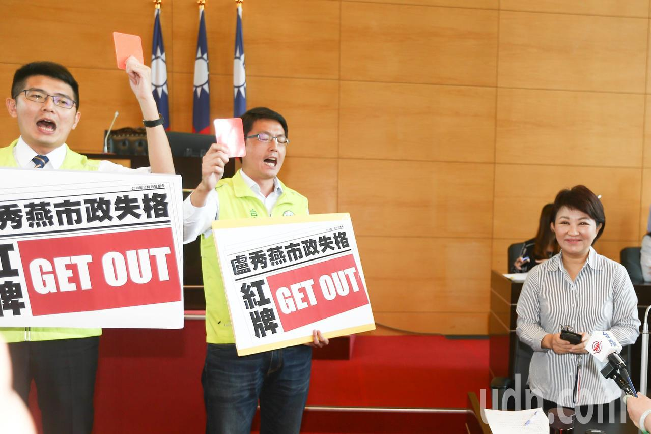 台中市議會總質詢創首例,民進黨團林德宇(左二)、黃守達(左一)等9名議員用「足球...