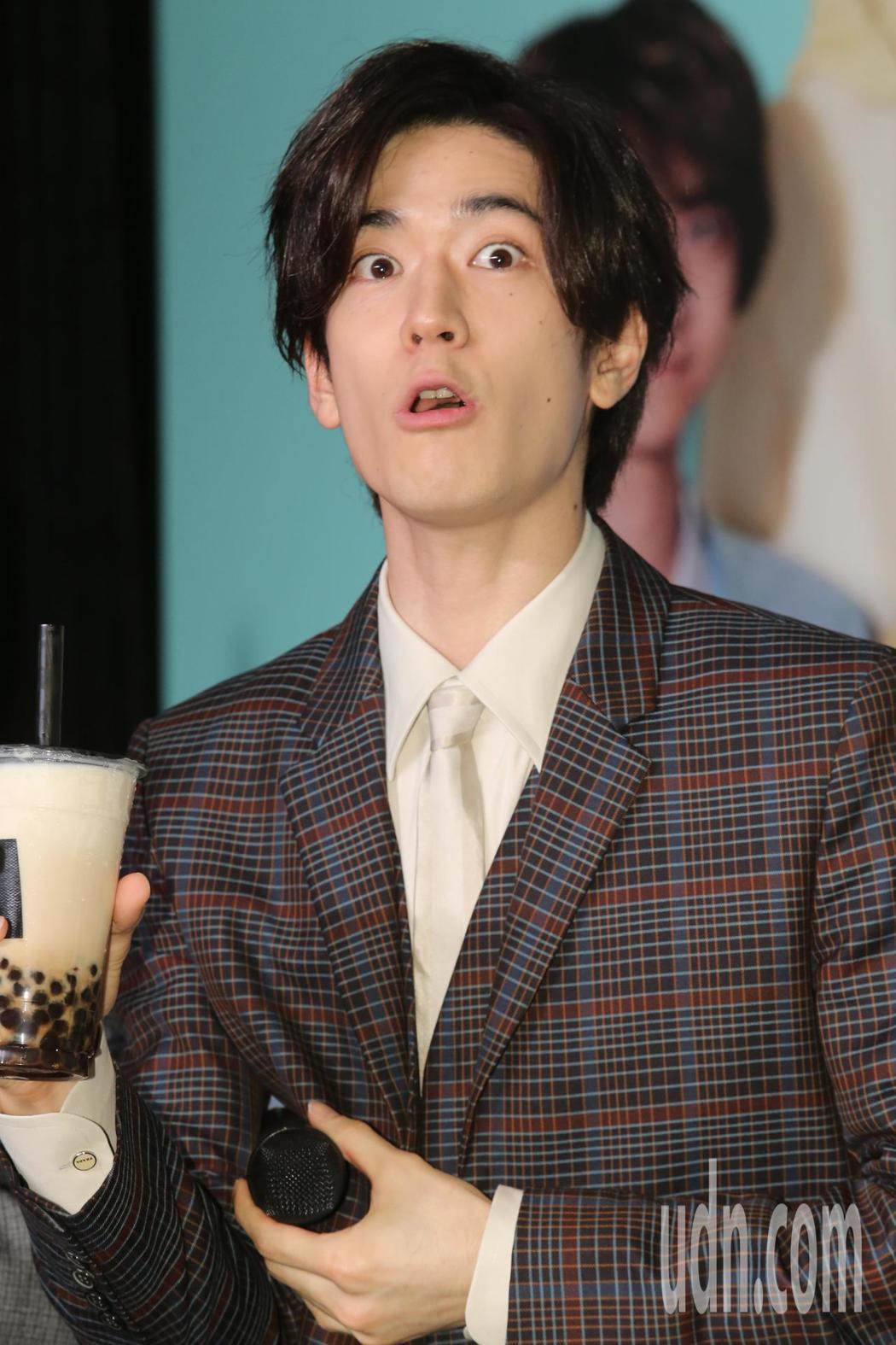 日本傑尼斯男子偶像團體Hey! Say! JUMP記者會,上他們大啖黑糖珍奶,直...