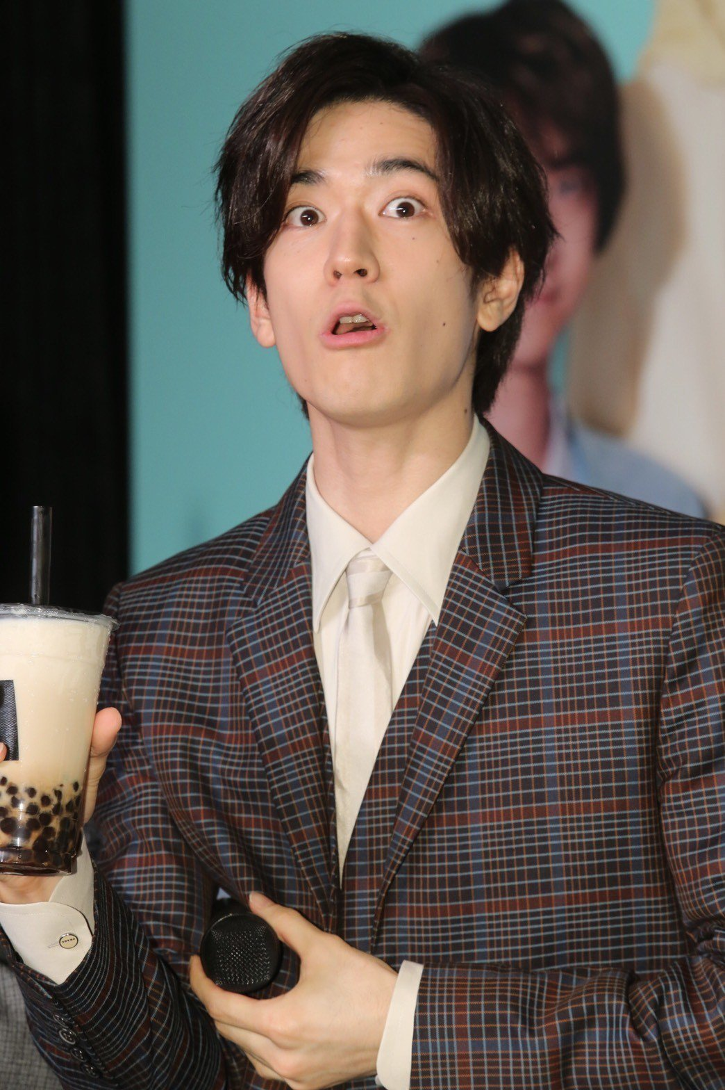 HSJ喜喝黑糖珍奶。記者許正宏/攝影