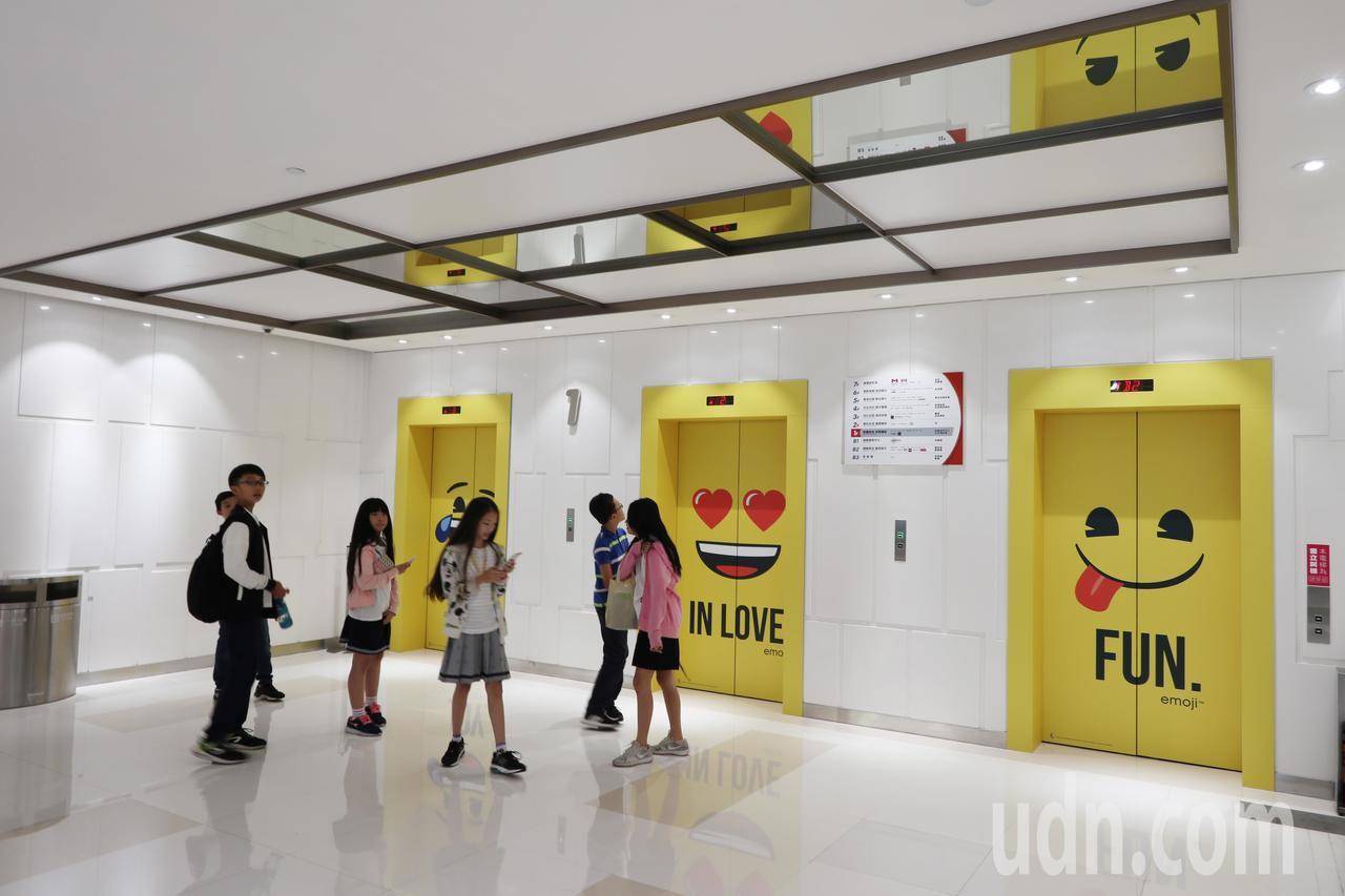桃園台茂購物中心舉行「emoji大型主題裝置展」,電梯口充滿不同可愛表情圖。記者...