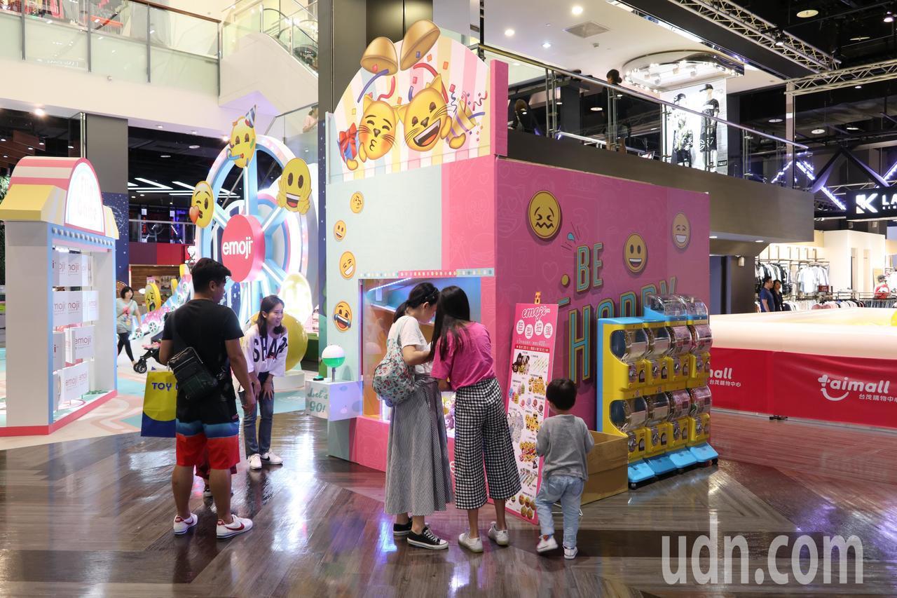 台茂購物中心「emoji大型主題裝置展」,歡樂遊戲區中有情境拍照區、大型扭蛋機等...