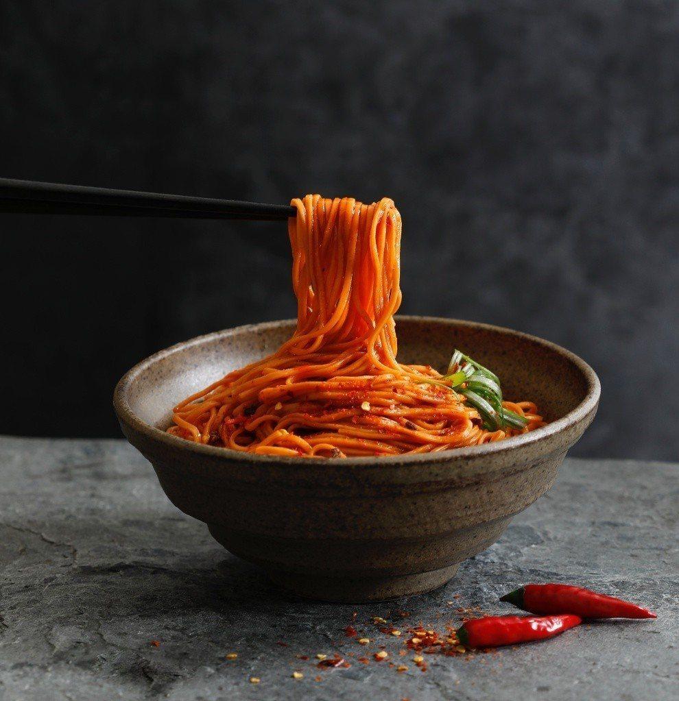 全新「辣椒麵」勁辣口感,讓人口水直流。圖/三風製麵提供