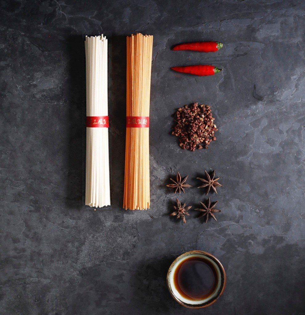 淡粉色麵條加入朝天椒製作,口感香麻帶勁。圖/三風製麵提供