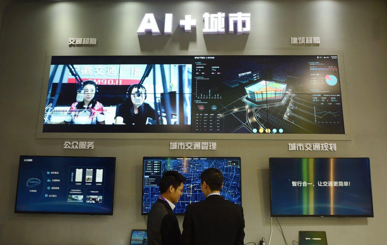 科大訊飛去年在中國浙江國際智慧交通產業博覽會展出城市超腦。 新華社