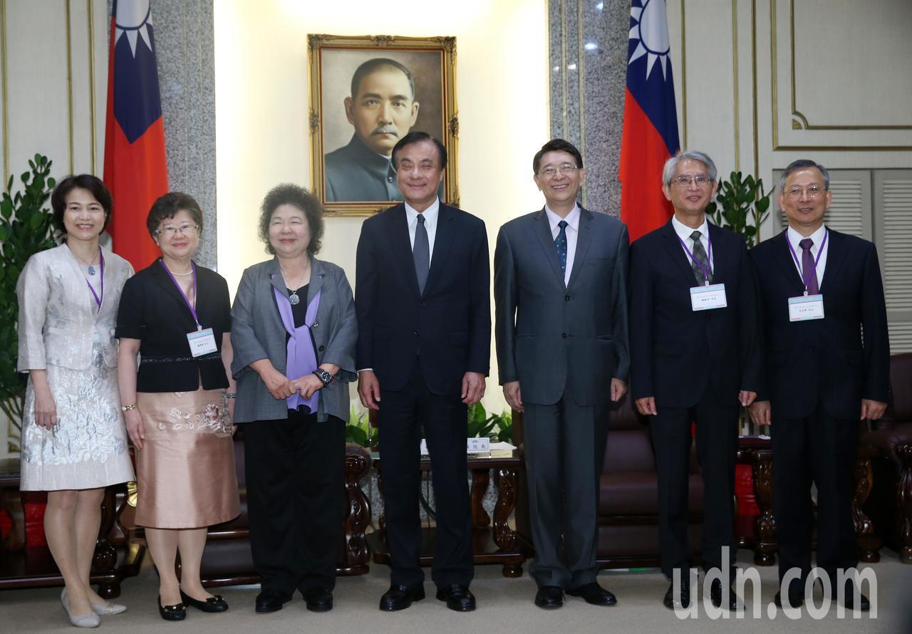總統府秘書長陳菊(左三)下午率領大法官被提名人楊惠欽(左二)、蔡宗珍(左一)、謝...