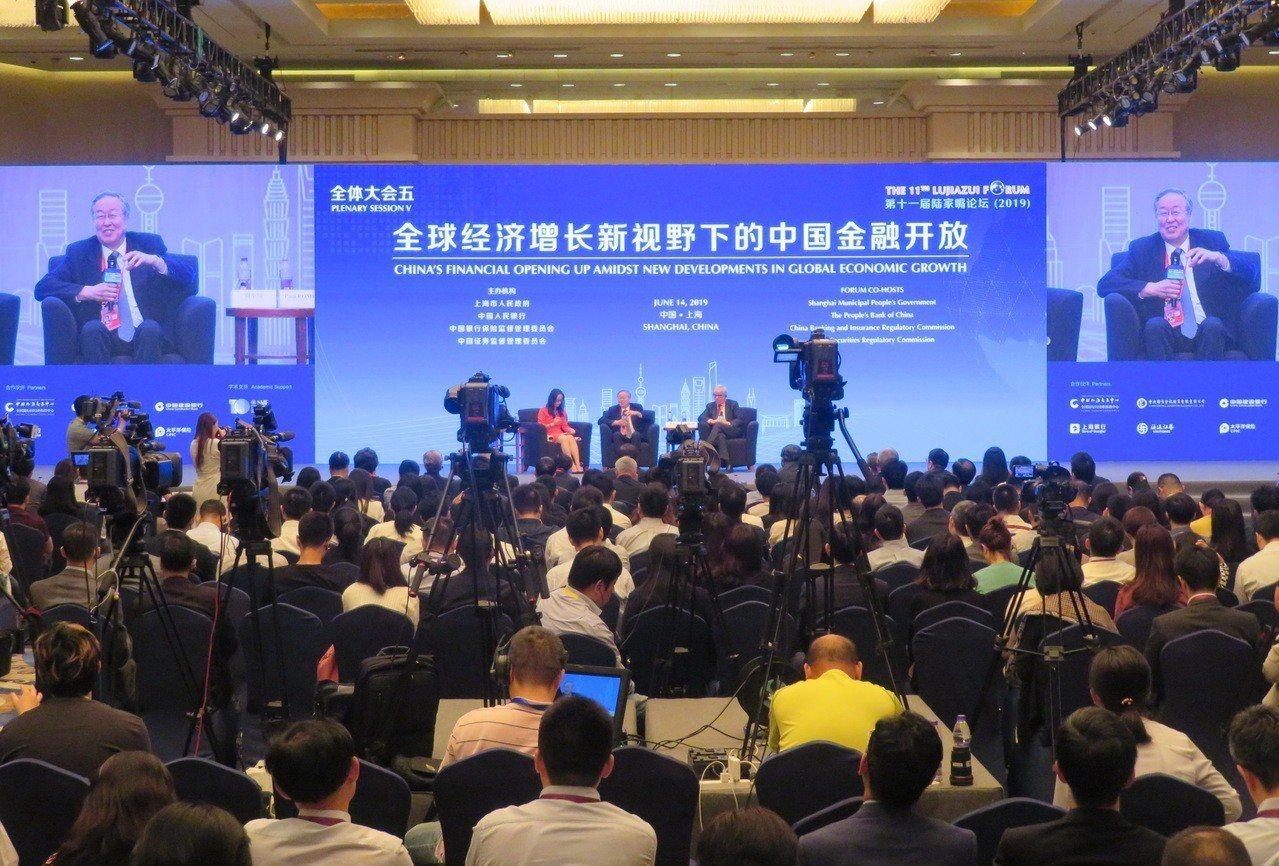 面對中美貿易戰,中國人民銀行前行長周小川認為,大陸應儘快擴大與其他國家的貿易並減...