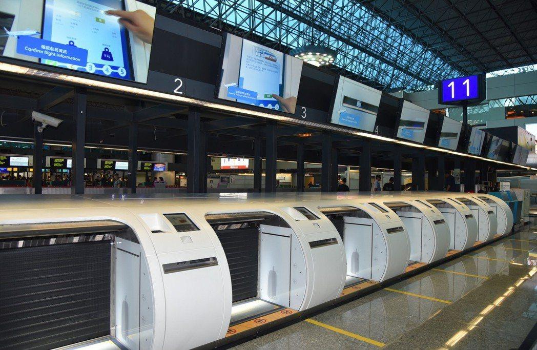桃園機場第二航廈出境大廳的自助行李託運專區,提供旅客方便快速的服務,此項智慧化設...