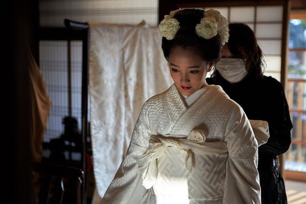 王淨著新娘和服差點窒息。圖/東森提供