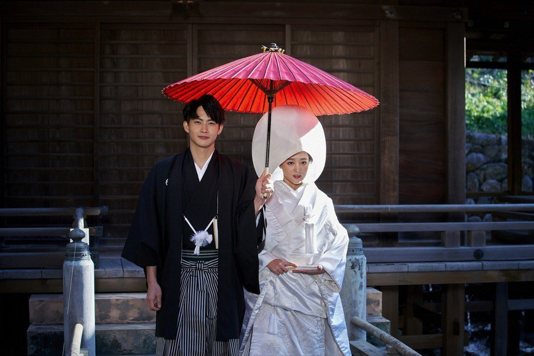 張庭瑚(左)、王淨拍攝日本傳統婚禮戲。圖/東森提供