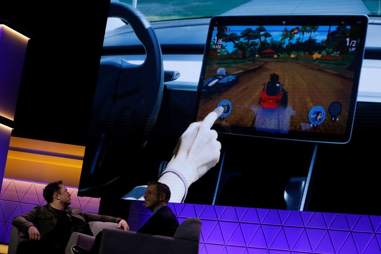 特斯拉執行長馬斯克13日在E3電玩展與著名遊戲設計師霍華德同台,宣布把另一款新遊...