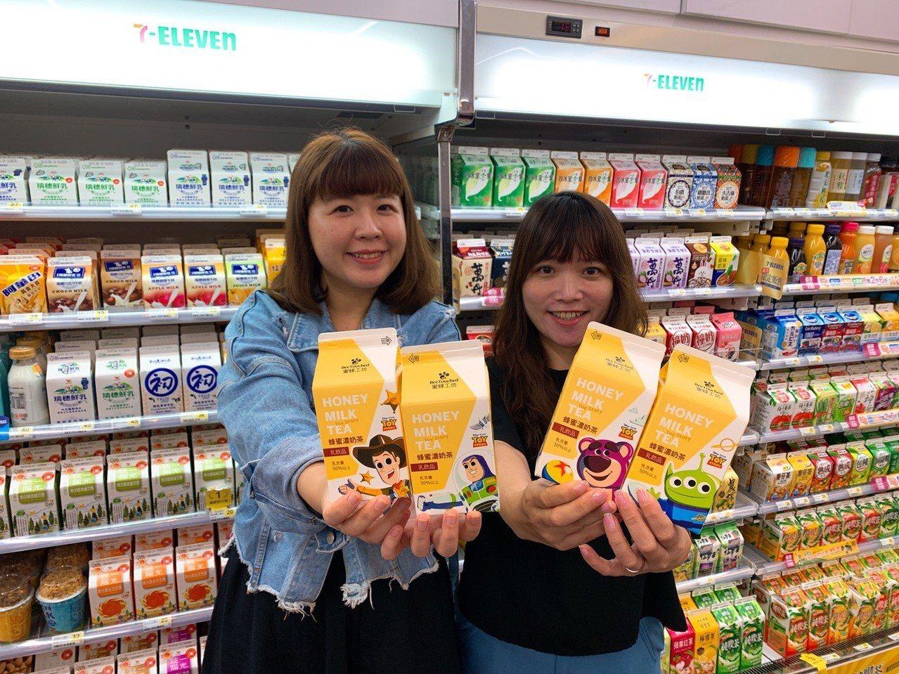 7-ELEVEN於6月17日起推出4款玩具總動員「蜜蜂工坊-蜂蜜濃奶茶」。圖/7...