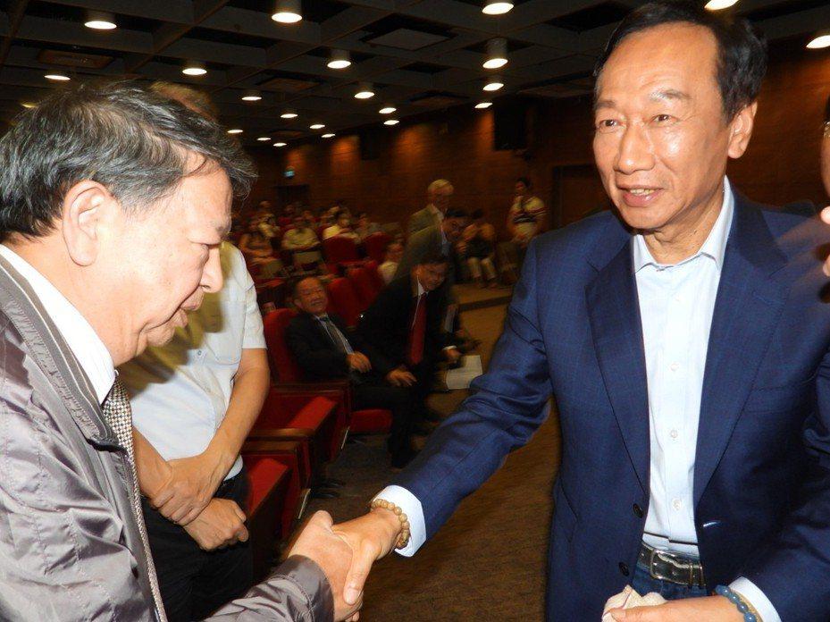 郭台銘下午到南科演講,與科技界人士握手致意。記者周宗禎/攝影