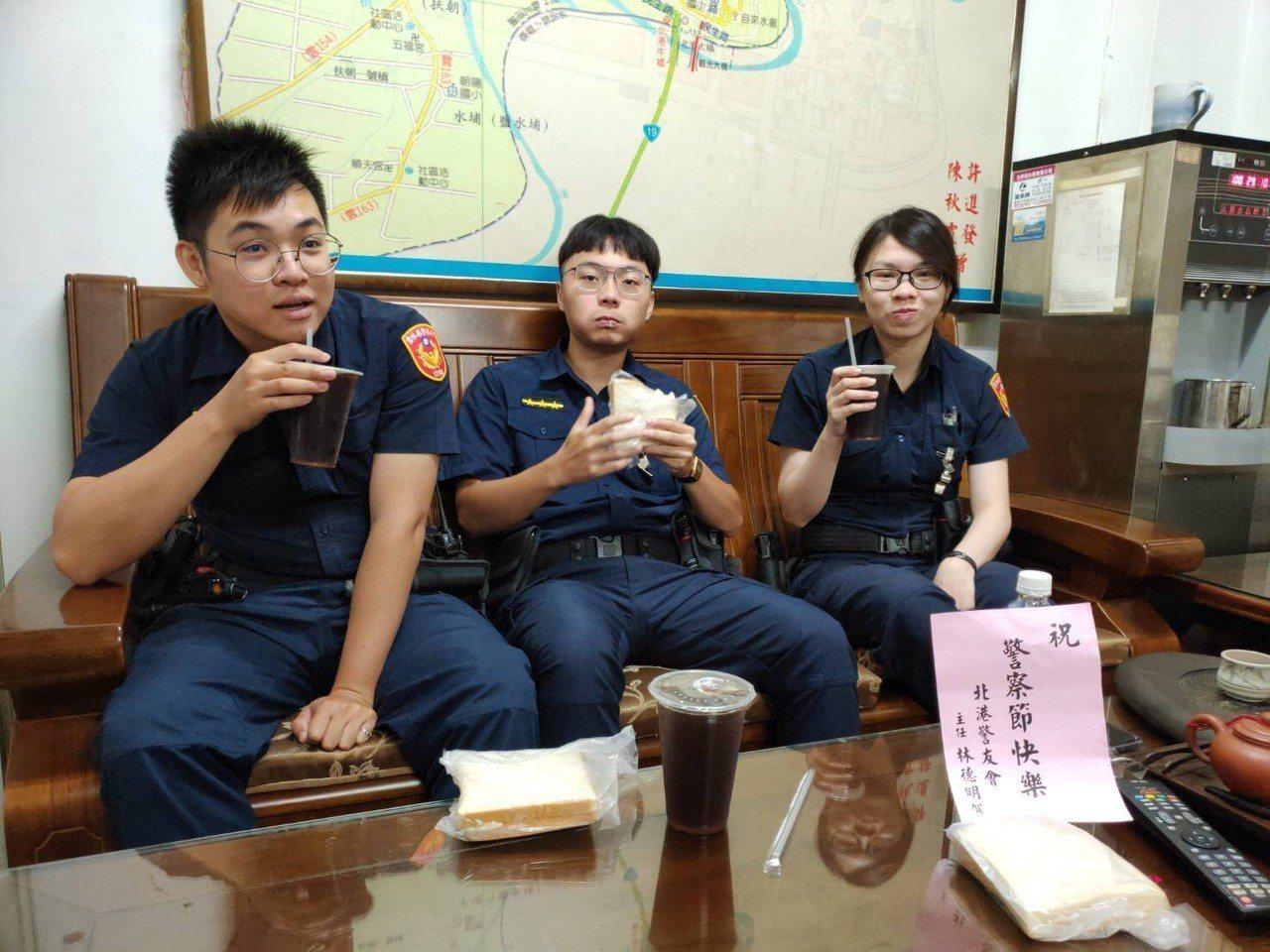 北港分局長王立德今天親送早餐給所有執勤員警,祝他們警察節快樂,一份暖心的早餐接過...