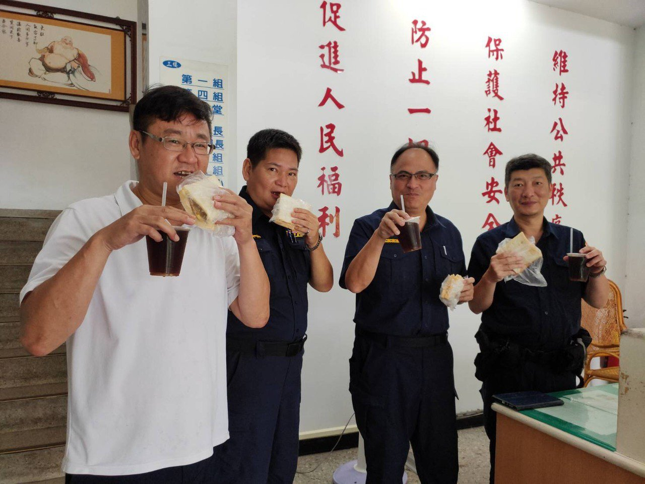 北港分局長王立德(右二)今天親送早餐給所有執勤員警,祝他們警察節快樂,一份暖心的...